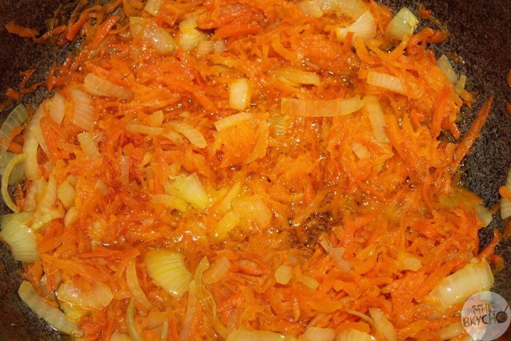 v-kazane-objarivaem-luk-morkov