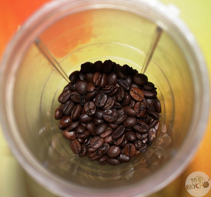 molem-kofeynye-zerna-v-kofemolke