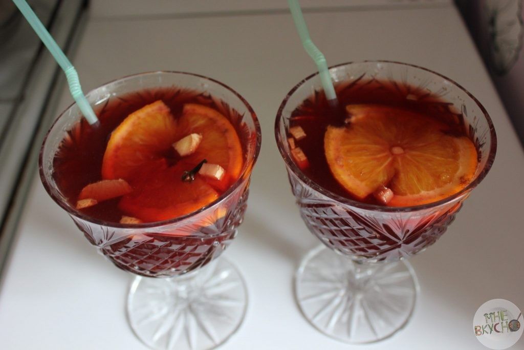 Глинтвейн из красного вина в бокалах