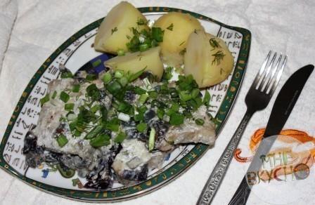 Тушеная рыба на ужин с красным луком в сметане - простой рецепт с фото