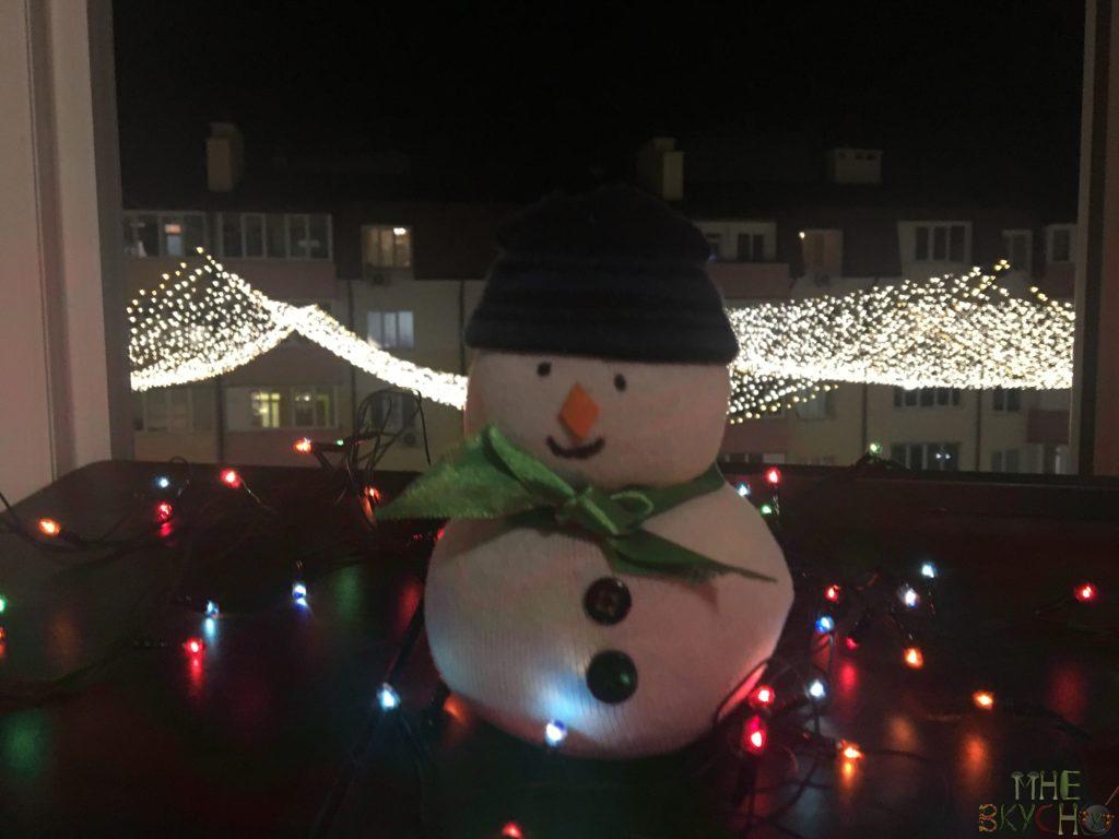 Как пошагово сделать снеговика из пластиковых стаканчиков